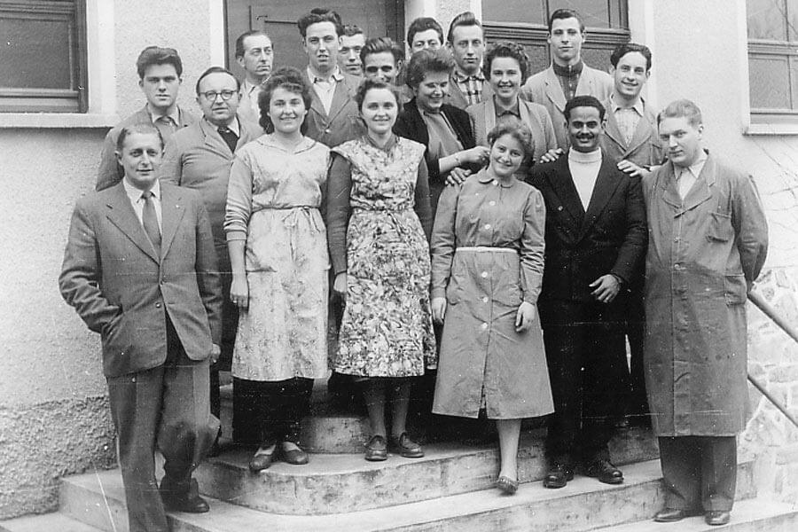 Die Belegschaft der Firma Kaps vor dem Firmengebäude in der Ringstraße, Anfang der 60er Jahre